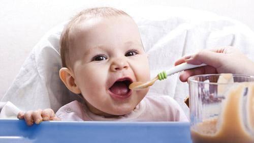 Com que idade pode comer arroz um bebé?
