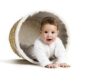 secciones juegos bebe Aunque existe la creencia generalizada de que los bebés, en sus primeros meses, no hacen otra cosa que dormir y comer, esto no es más que un error.