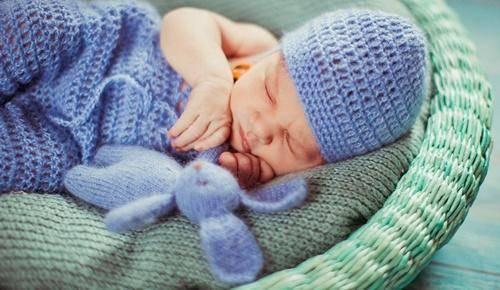 Porque é que os bebés abrem os olhos quando dormem?