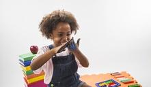 Com que idade as crianças podem brincar com massa de modelar?