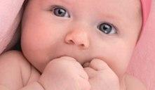 O bebé chupa-se a mão constantemente