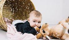 Porque os bebés jogam a cabeça para trás?